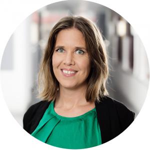Charlotta Parkås är presskontakt på Bokmässan klädd i grön top och svart kavaj